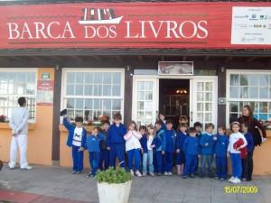 Estudantes visitando a biblioteca Barca dos Livros, em Florianópolis.