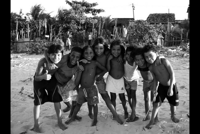 Crianças na comunidade Goiabeira, em Fortaleza. DVeras, 2004.