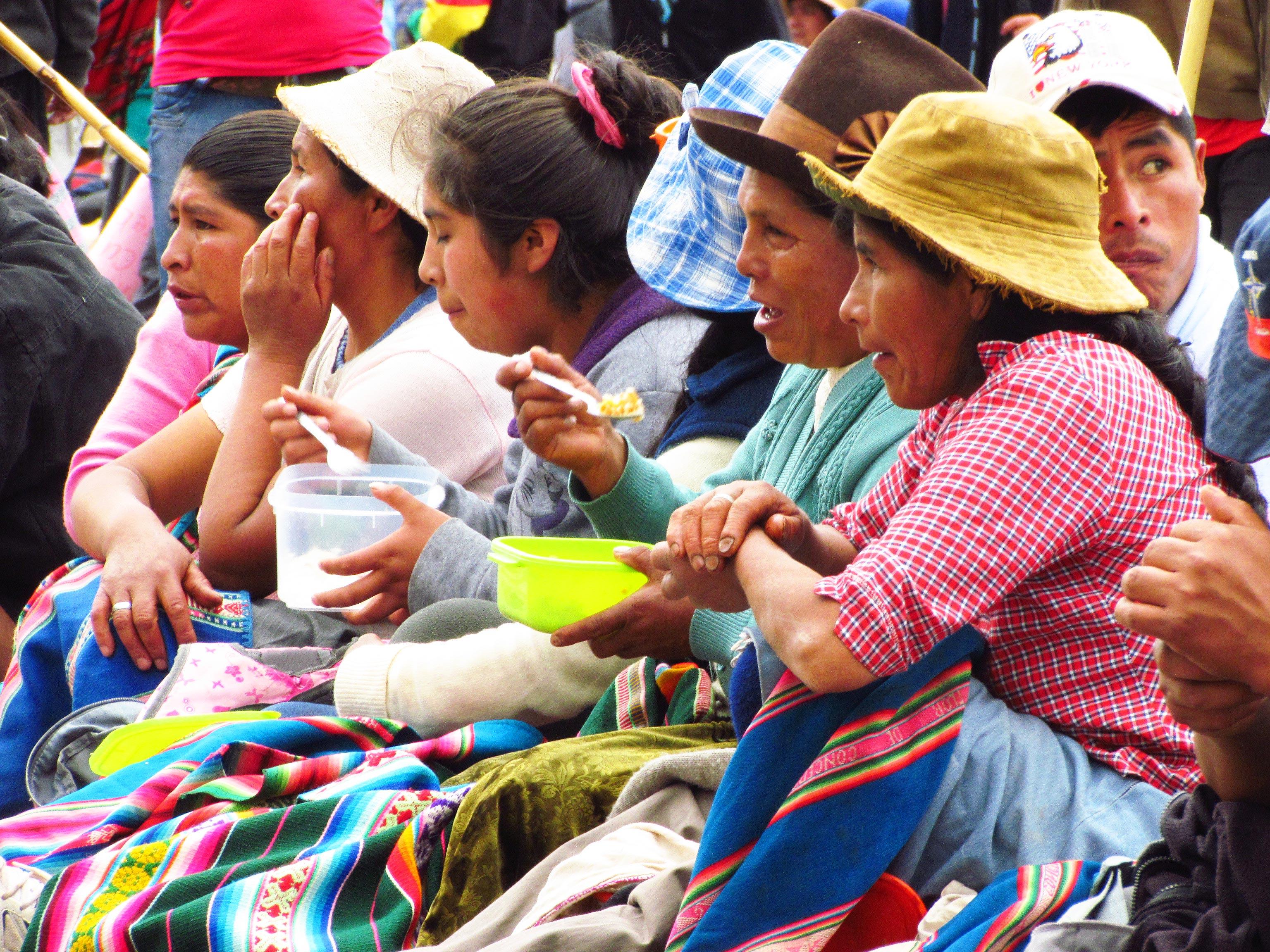 Mulheres comendo em manifestação de protesto