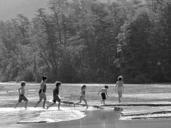Crianças brincando na foz de um rio no Lago Corrrentoso. Villa la Angostura, Argentina, , dezembro de 2012.