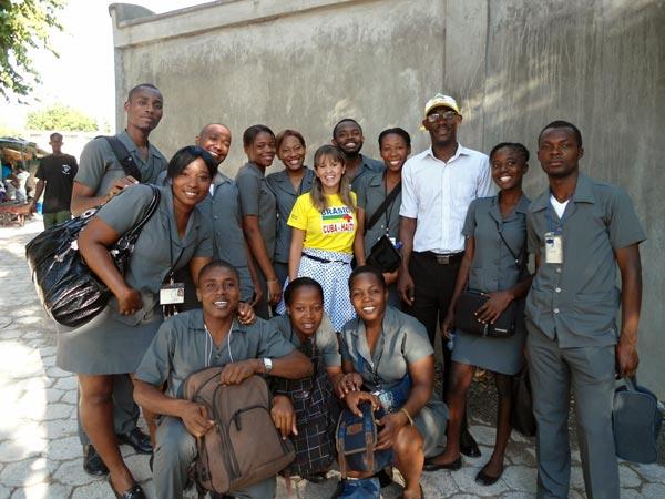 Bruna Canever (da UFSC, ao centro) com estudantes haitianos. Acervo do projeto