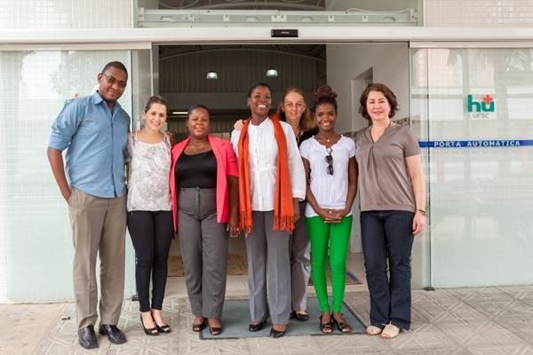 Visita de delegação haitiana ao Hospital Universitário da UFSC. À direita, a coordenadora do projeto, Flávia Ramos.