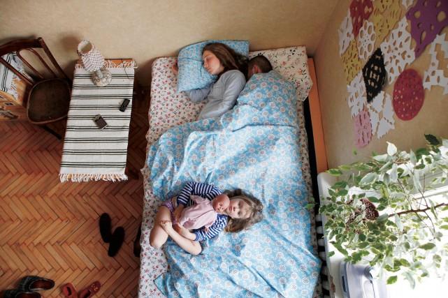 Casal russo grávido dormindo. Foto de Jana Romanova